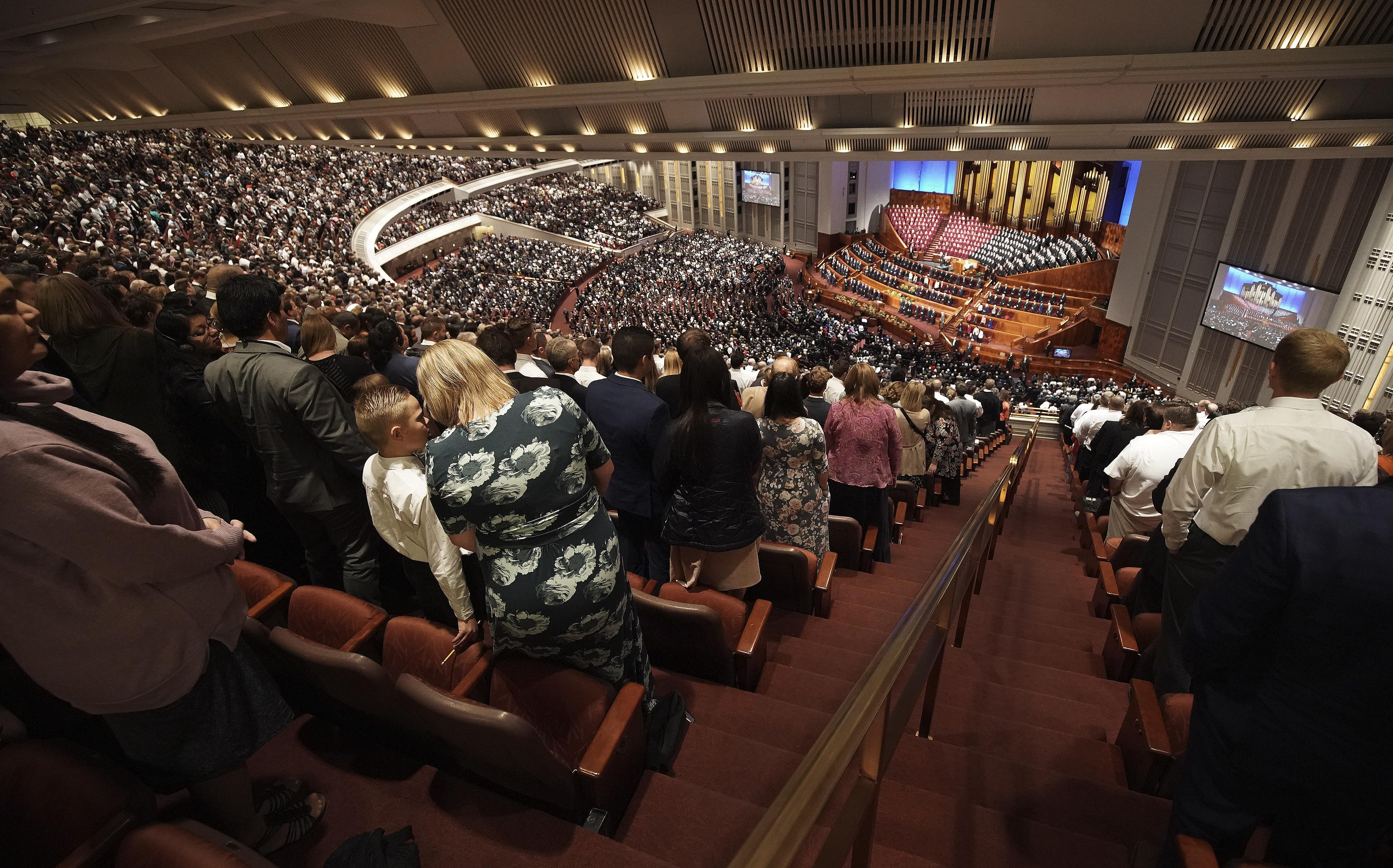 Los asistentes cantan durante la sesión del domingo por la mañana de la Conferencia General Semestral de La Iglesia de Jesucristo de los Santos de los Últimos Días en Salt Lake City el domingo, 6 de oct. de 2019.
