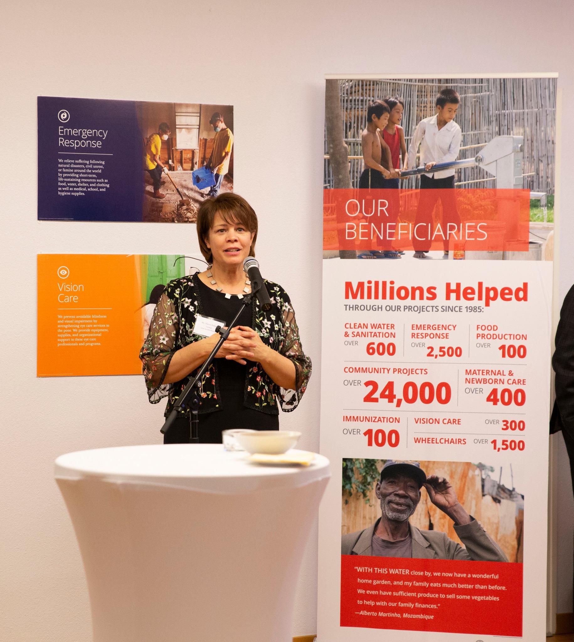 Hermana Sharon Eubank, presidenta de Latter-day Saint Charities, hace su presentación de la organización durante una recepción en Ginebra, Suiza, el 16 de septiembre de 2019.