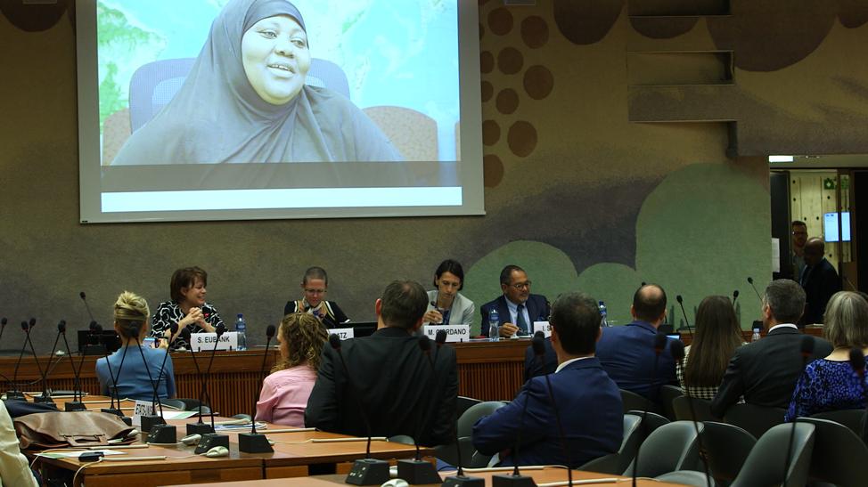 Hermana Sharon Eubank, presidenta de Latter-day Saint Charities, dirige un panel de análisis en la ONU, en Ginebra, el martes 17 de sept. de 2019.