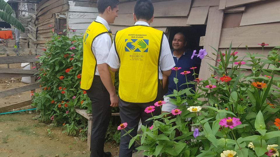"""Misioneros de tiempo completo con chalecos de """"Manos que ayudan"""" prestan servicio a refugiados venezolanos reubicados en Colombia."""