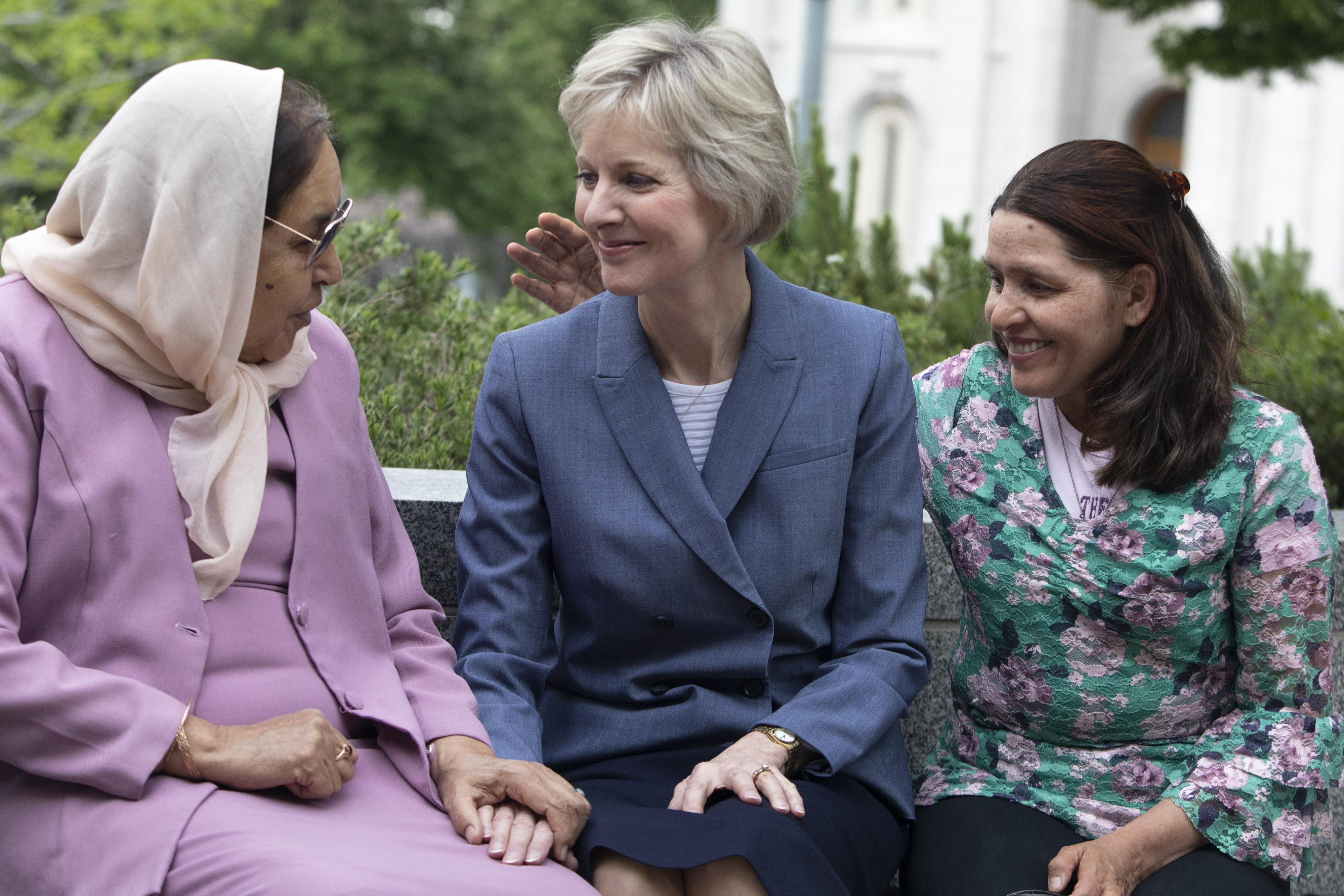 La hermana Jean B. Bingham se sienta con Asifa Nadir, izquierda, y Nadira Nadir fuera del Edificio de la Sociedad de Socorro en la Manzana del Templo antes de una entrevista con representantes de EE. UU. de ACNUR el 16 de mayo de 2019. La hermana Bingham y la familia Nadir, refugiados provenientes de Afganistán, se conocen desde hace aproximadamente 15 años.