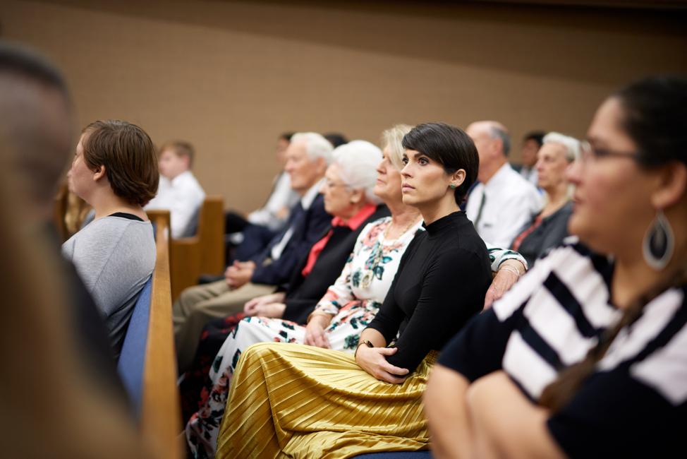 Miembros de la Iglesia se sientan en una capilla Santo de los Últimos Días escuchan a un orador. Las pautas de seguridad publicadas el 10 de octubre de 2019 alientan a los miembros a siempre estar atentos a su entorno.