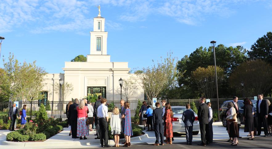 Santos de los Últimos Días esperan afuera para entrar al Templo de Raleigh, Carolina del Norte el 13 de octubre de 2019. El edificio de 20 años fue rededicado por el presidente M. Russell Ballard.