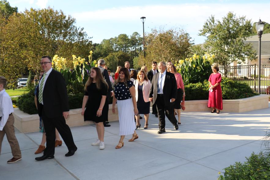 Santos de los Últimos Días de Carolina del Norte llegan el 13 de octubre de 2019 para la rededicación del Templo de Raleigh, Carolina del Norte. El templo fue rededicado cerca de dos décadas después de la dedicación original.