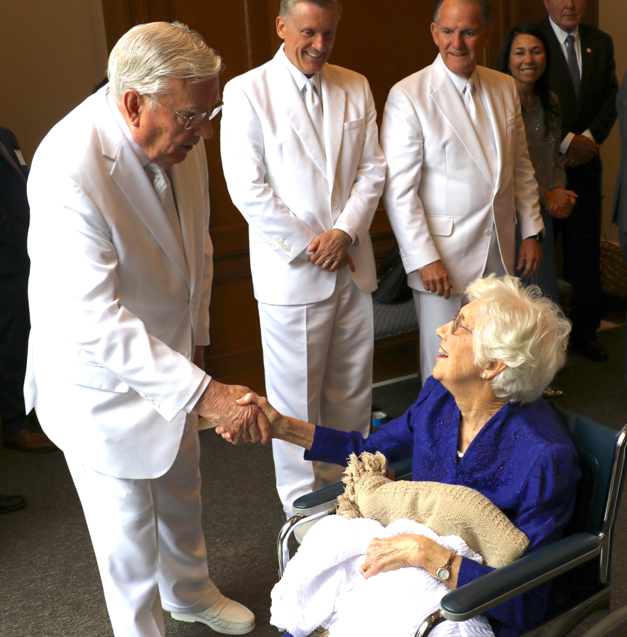 Presidente M. Russell Ballard estrecha la mano de una mujer de Carolina del Norte después de la rededicación del Templo de Raleigh, Carolina del Norte el 13 de octubre de 2019. Élder Kevin R. Duncan y élder James B. Martino están a la derecha.