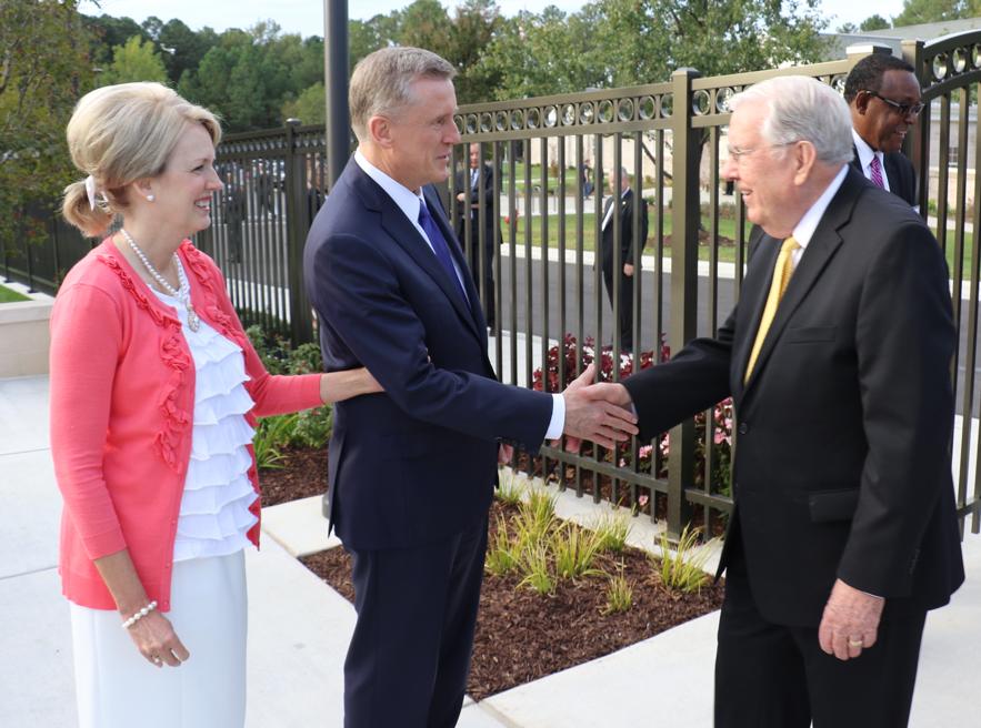 Élder Kevin R. Duncan y su esposa, hermana Nancy Duncan, dan la bienvenida al presidente M. Russell Ballard al Templo de Raleigh, Carolina del Norte el 13 de octubre de 2019.