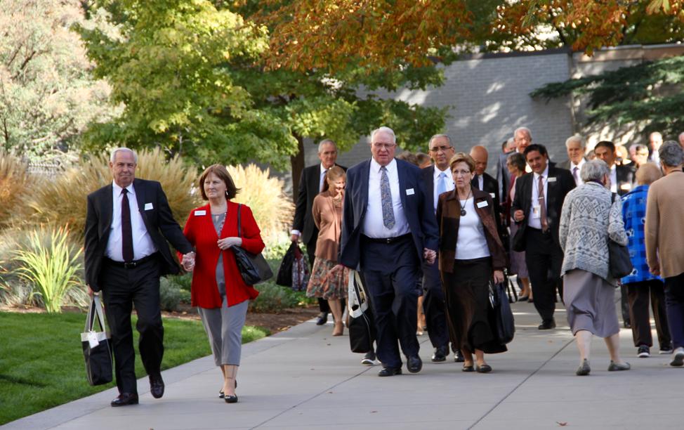 Presidentes y directoras de templo llamados recientemente, que asistieron al Seminario de Liderazgo del Templo de 2019, caminan por la Manzana del Templo, el martes 15 de octubre de 2019, en Salt Lake City.