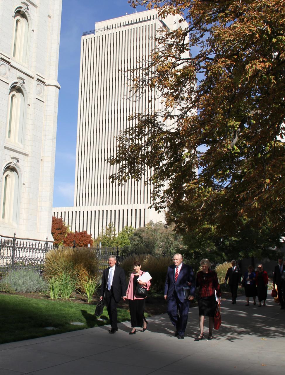 Desde la izquierda, el élder David A. Bednar, la hermana Susan Bednar, el élder Dale G. Renlund y la hermana Ruth Renlund caminan por la Manzana del Templo, guiando a un grupo de 63 parejas de presidentes y directoras de templo llamados recientemente, que asistieron al Seminario de Liderazgo del Templo de 2019, desde el 15 al 17 de octubre, en Salt Lake City, Utah.