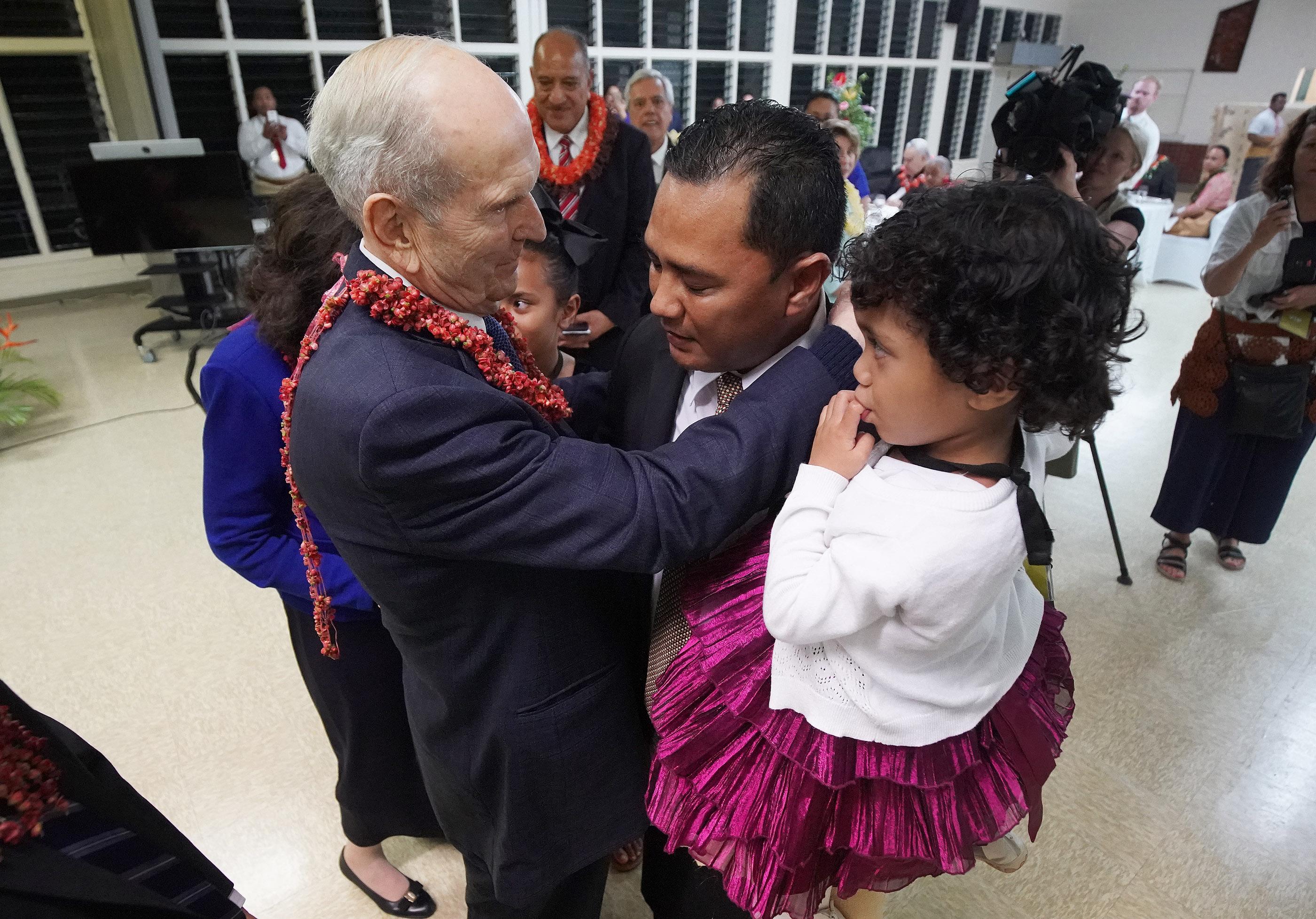 El presidente Russell M. Nelson de La Iglesia de Jesucristo de los Santos de los Últimos Días consuela a Mateo Lauta y a su hija Sipinga en Nuku'alofa, Tonga el 23 de mayo de 2019 después de que su esposa falleció.