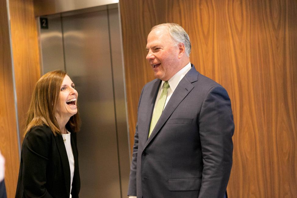 Élder Ronald A. Rasband, del Cuórum de los Doce Apóstoles, tiene un momento de charla con la nueva senadora de Arizona, Martha McSally, durante una visita a la oficina de ella el viernes 18 de octubre de 2019.