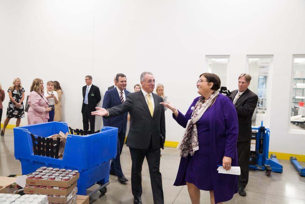 Élder Ulisses Soares es llevado a un recorrido por Denise Blok, jefa oficial de operaciones del Central Texas Food Bank, durante una visita a esas instalaciones el 18 de octubre de 2019.