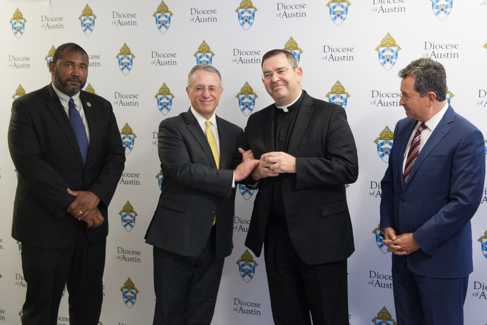 De izquierda a derecha: Padre Dekarlos Blackmon, director secretarial de la diócesis de Austin; élder Ulisses Soares; padre James Misko, vicario general de la diócesis católica de Austin; y élder Adrian Ochoa, en la diócesis, el 18 de octubre de 2019.