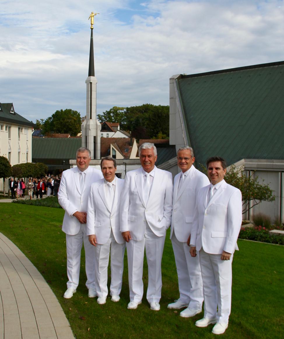 De izquierda a derecha: El élder Erich W. Kopischke, el élder Gary B. Sabin, el élder Dieter F. Uchtdorf, el élder Patrick Kearon y el élder Massimo De Feo se reúnen para una foto fuera del Templo de Frankfurt Alemania, entre las sesiones de rededicación, el 20 de octubre de 2019.