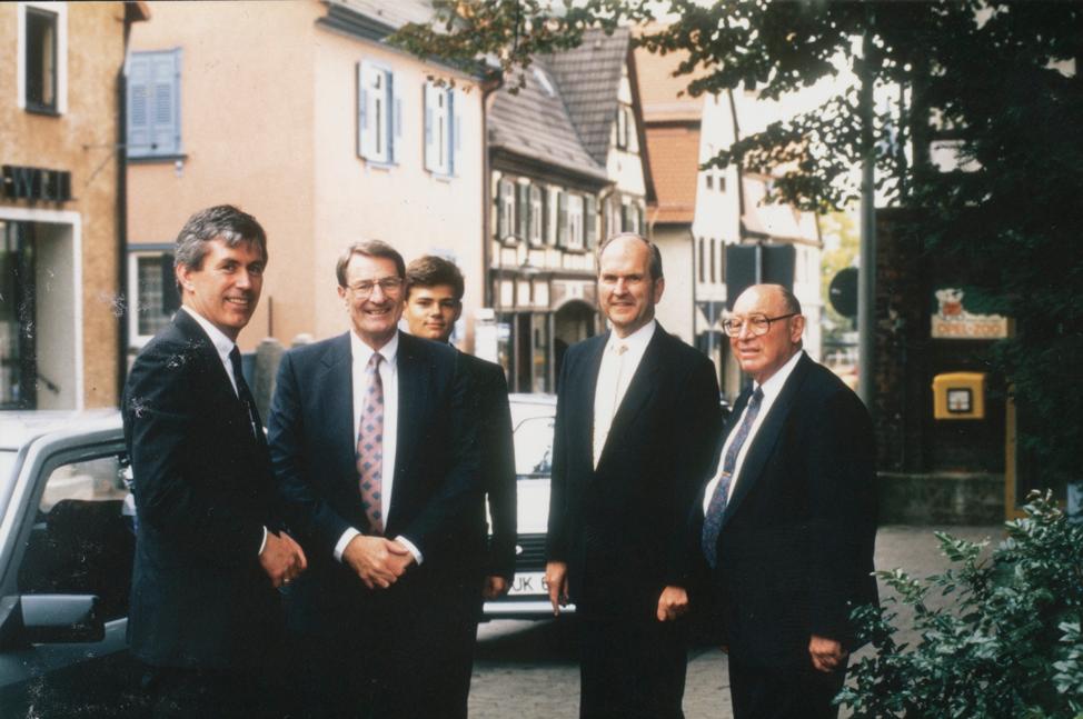 Dieter F. Uchtdorf, que se desempeñaba como presidente del comité del templo de Frankfurt, y su hijo, Guido, están de pie con el élder Joseph B. Wirthlin, el élder Neal A. Maxwell y el élder Russell M. Nelson durante el open house del Templo de Frankfurt Alemania en 1987.