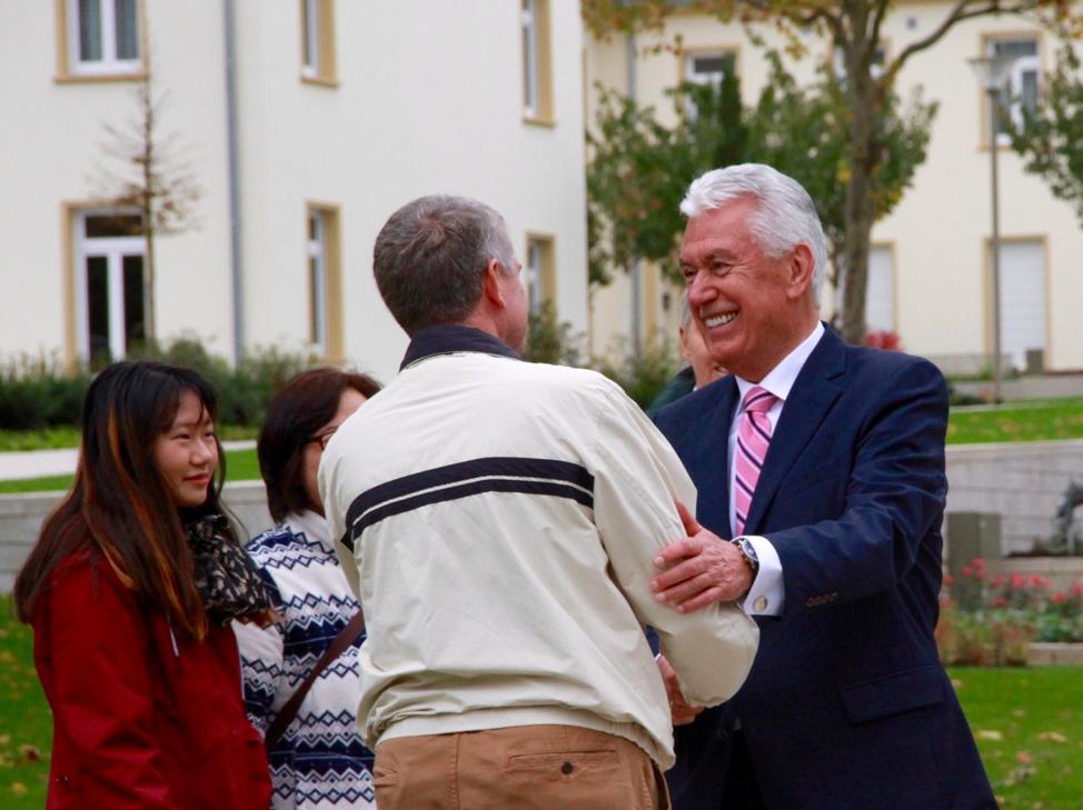 El élder Dieter F. Uchtdorf saluda a los visitantes al recinto del Templo de Frankfurt, Alemania, el sábado 19 de octubre de 2019.