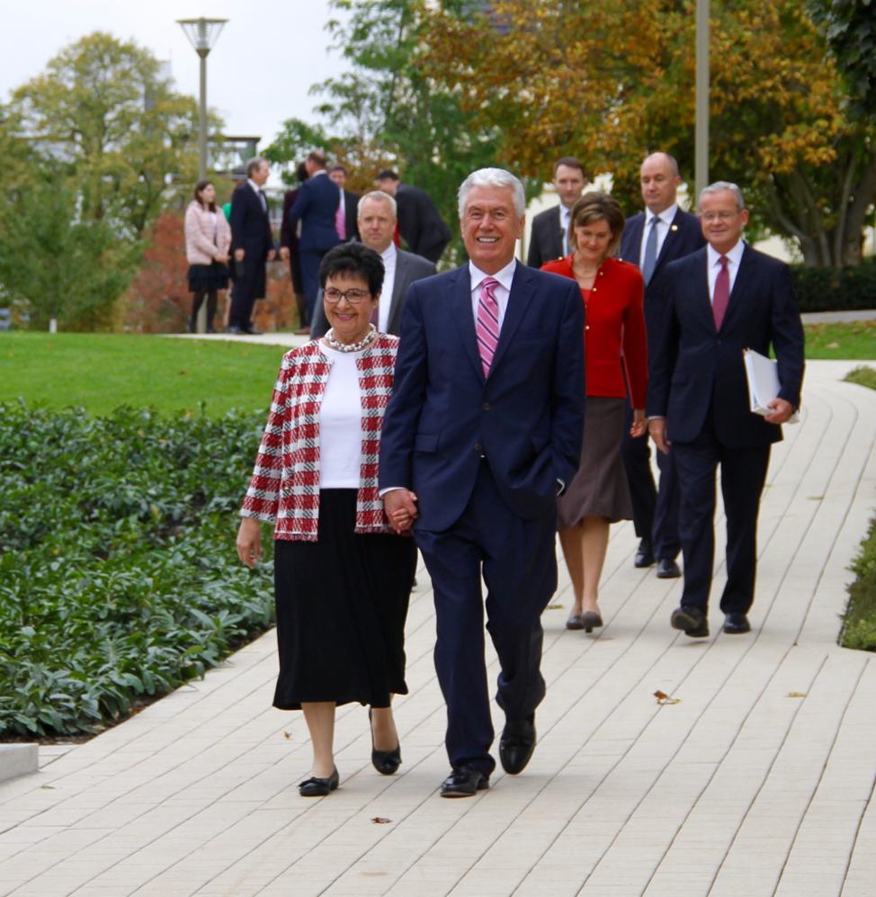 El élder Dieter F. Uchtdorf y la hermana Harriet Uchtdorf encabezan un grupo de líderes y esposas de la Iglesia en el Templo de Frankfurt, Alemania, el sábado 19 de octubre de 2019.