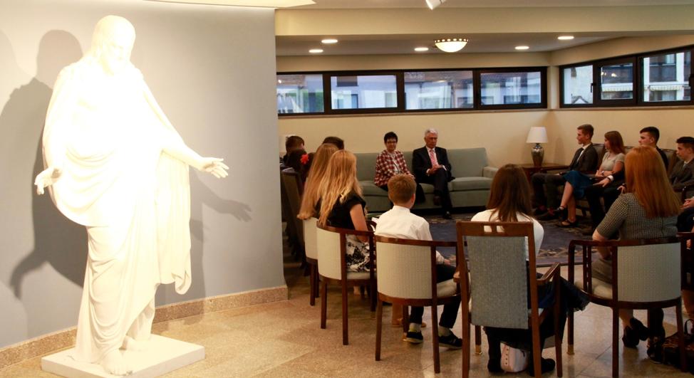 En el anexo del templo de Frankfurt en la habitación al lado de la estatua del Cristo Redentor, el élder Dieter F. Uchtdorf y la hermana Harriet Uchtdorf se dirigen a un grupo de jóvenes en una reunión previa a un devocional el sábado 19 de octubre de 2019, en Friedrichsdorf, Alemania.
