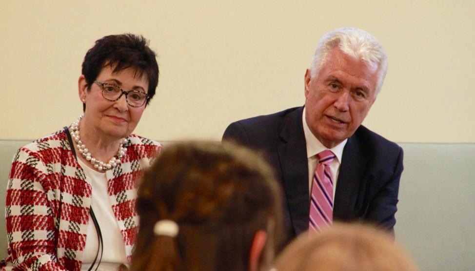 El élder Dieter F. Uchtdorf y la hermana Harriet Uchtdorf involucran a un grupo de jóvenes en una reunión antes de un devocional el sábado 19 de octubre de 2019, en Friedrichsdorf, Alemania.