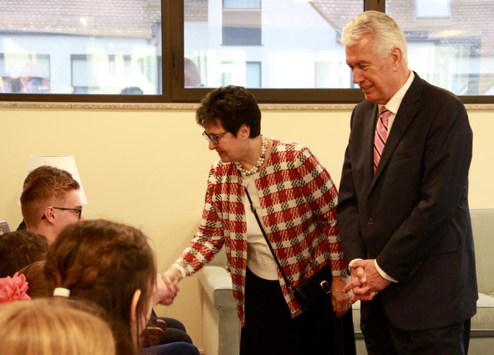 El élder Dieter F. Uchtdorf y la hermana Harriet Uchtdorf saludan a los jóvenes antes de una reunión antes de un devocional el sábado 19 de octubre de 2019, en Friedrichsdorf, Alemania.