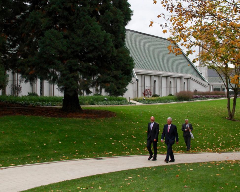 El élder Dieter F. Uchtdorf, a la derecha, y su hijo, Guido Uchtdorf, recrean un paseo por el templo de Frankfurt el sábado 19 de octubre de 2019, y en dirección al centro de la ciudad de Friedrichsdorf, Alemania, en conmemoración de una caminata similar con tres apóstoles durante la dedicación del templo en 1987.