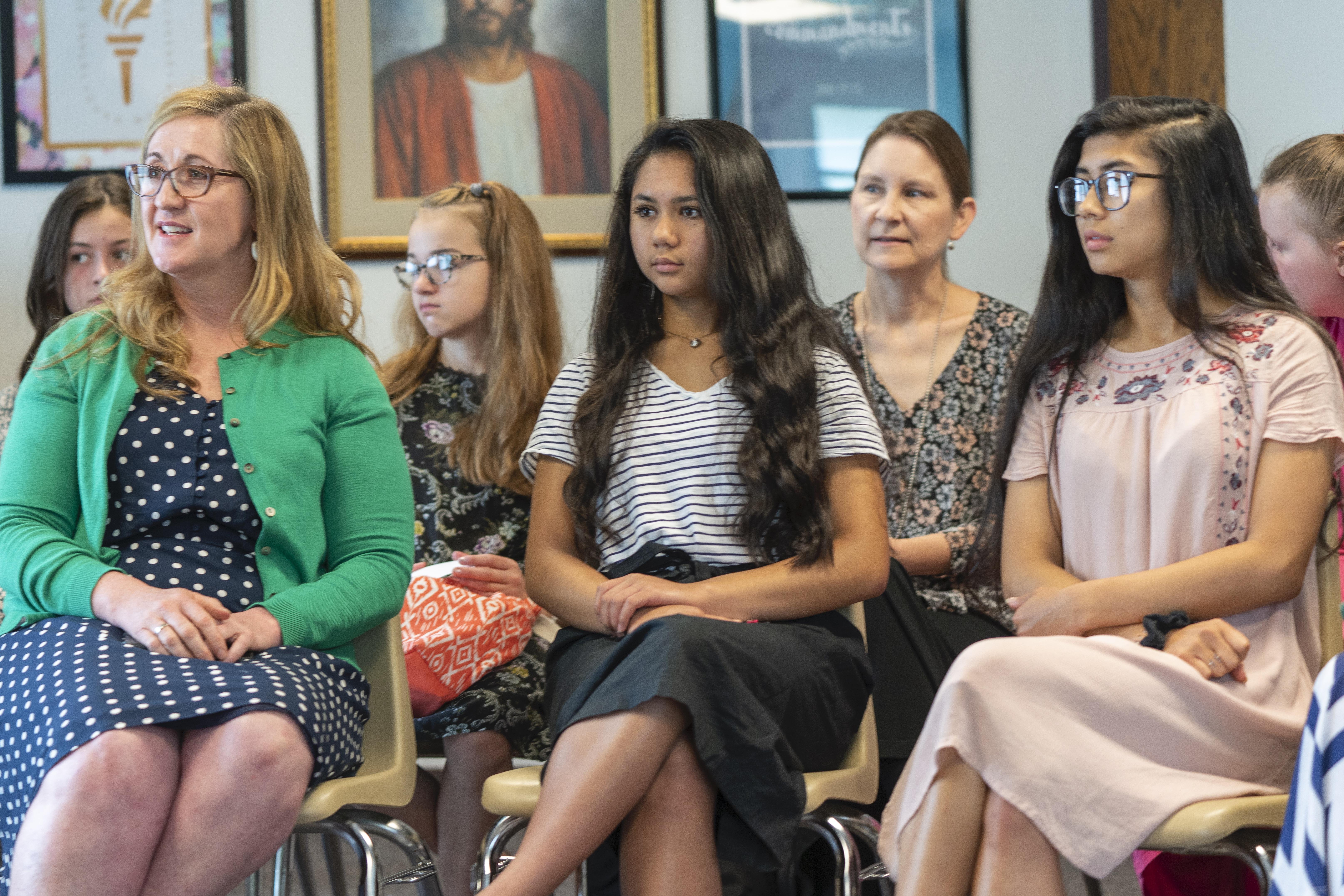 """Mujeres jóvenes prestan atención durante una lección un domingo. A partir de enero, """"Ven, sígueme"""" para el Sacerdocio Aarónico y las Mujeres Jóvenes pondrá un mayor énfasis en participar de la obra de salvación."""