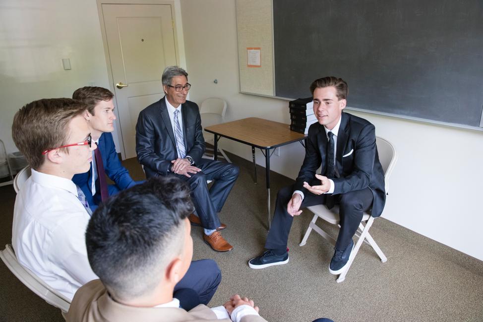 """Hombres jóvenes comparten sus opiniones durante una reunión de cuórum un domingo. A partir de enero, """"Ven, sígueme"""" para el Sacerdocio Aarónico y las Mujeres Jóvenes depositará más responsabilidades en las presidencias de cuórums y clases."""