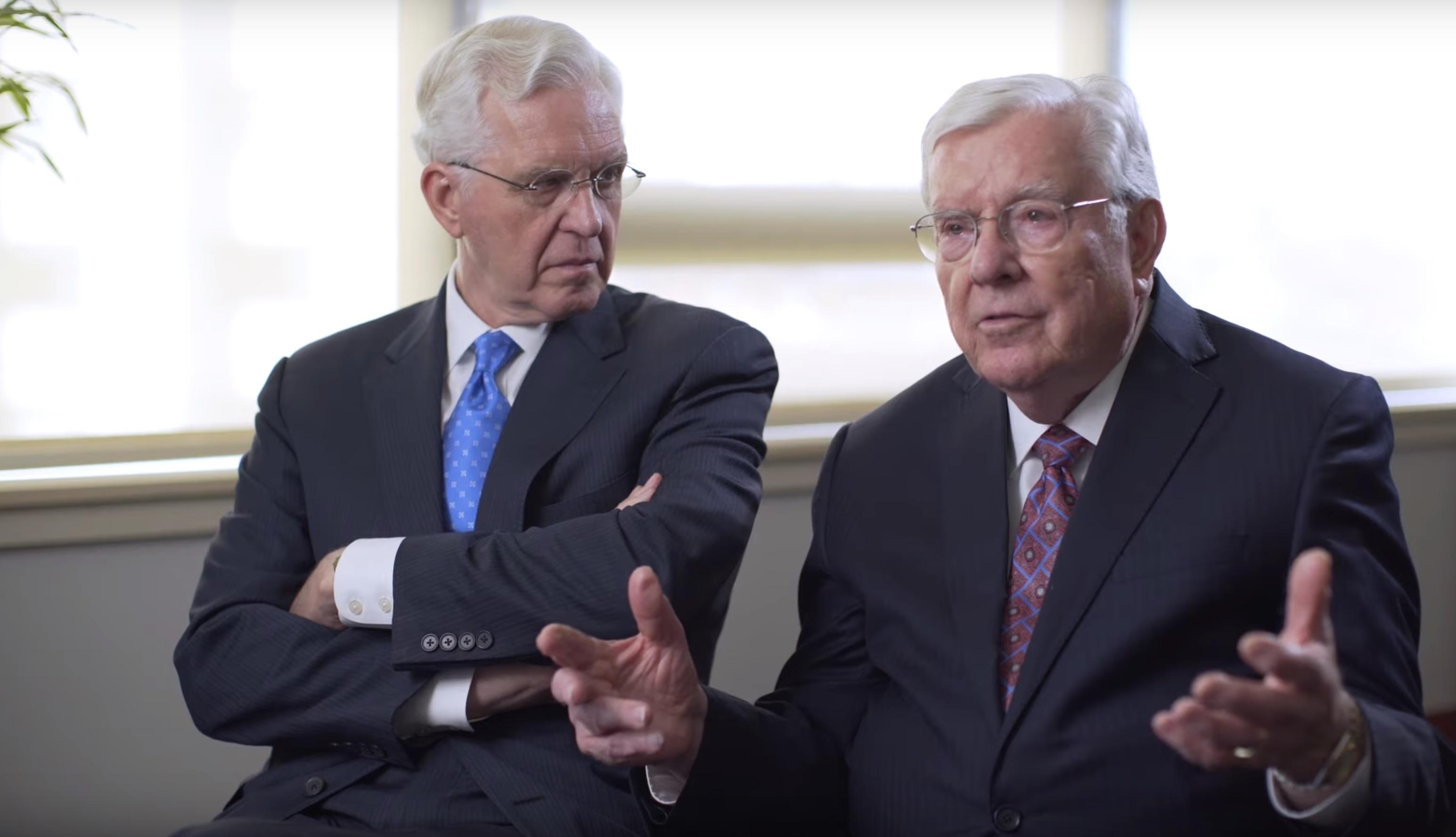El élder D. Todd Christofferson, izquierda, y el presidente M. Russell Ballard, derecha, durante una entrevista en la que el presidente Ballard habla sobre su abuelo, el élder Melvin J. Ballard.
