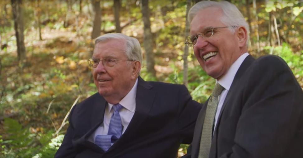 El presidente M. Russell Ballard, a la izquierda, y el élder D. Todd Christofferson, a la derecha, en el lugar de nacimiento de José Smith en Sharon, Vermont.
