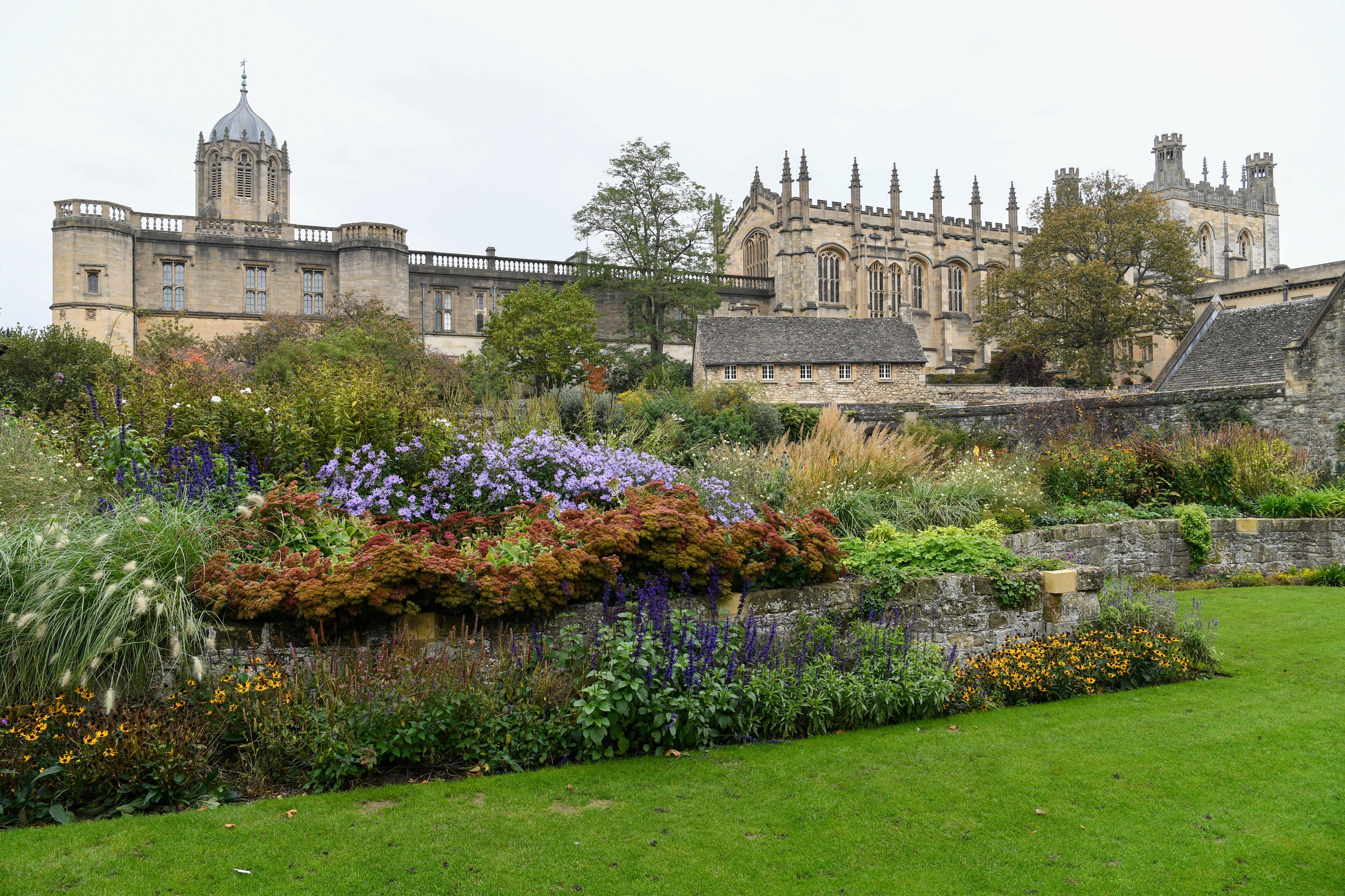 Los jardines que rodean el Christ Church College de la Universidad de Oxford. El élder Quentin L. Cook, del Cuórum de los Doce Apóstoles, visita la Universidad de Oxford, en Oxford, Inglaterra, el 23 de octubre de 2019.