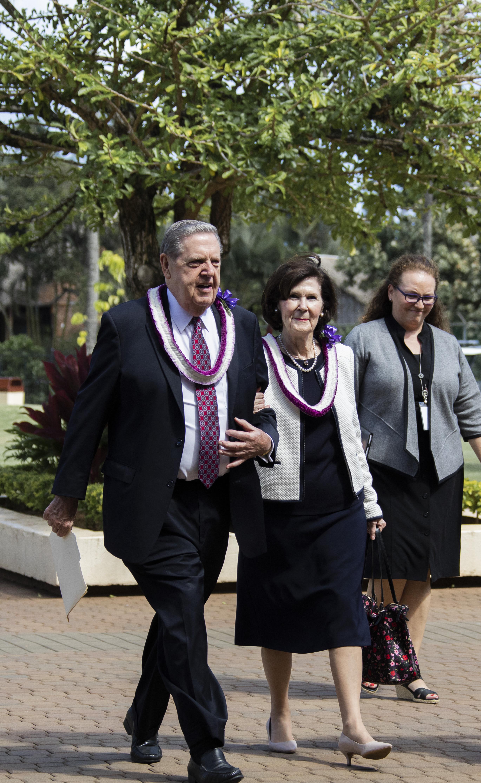 Élder Jeffrey R. Holland y su esposa, la hermana Patricia Holland, caminan en el campus de BYU-Hawái el 22 de octubre.