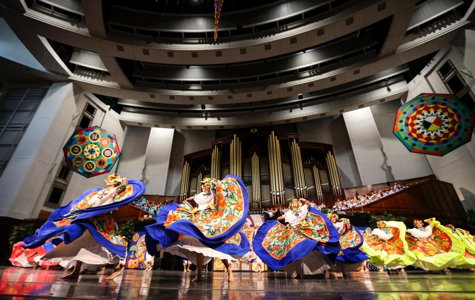 Bailarinas danzan durante el ensayo general de la danza brasileña Sinhá Pureza para la presentación Luz de las Naciones, en el Centro de Conferencias en Salt Lake City, el sábado 26 de octubre del 2019.