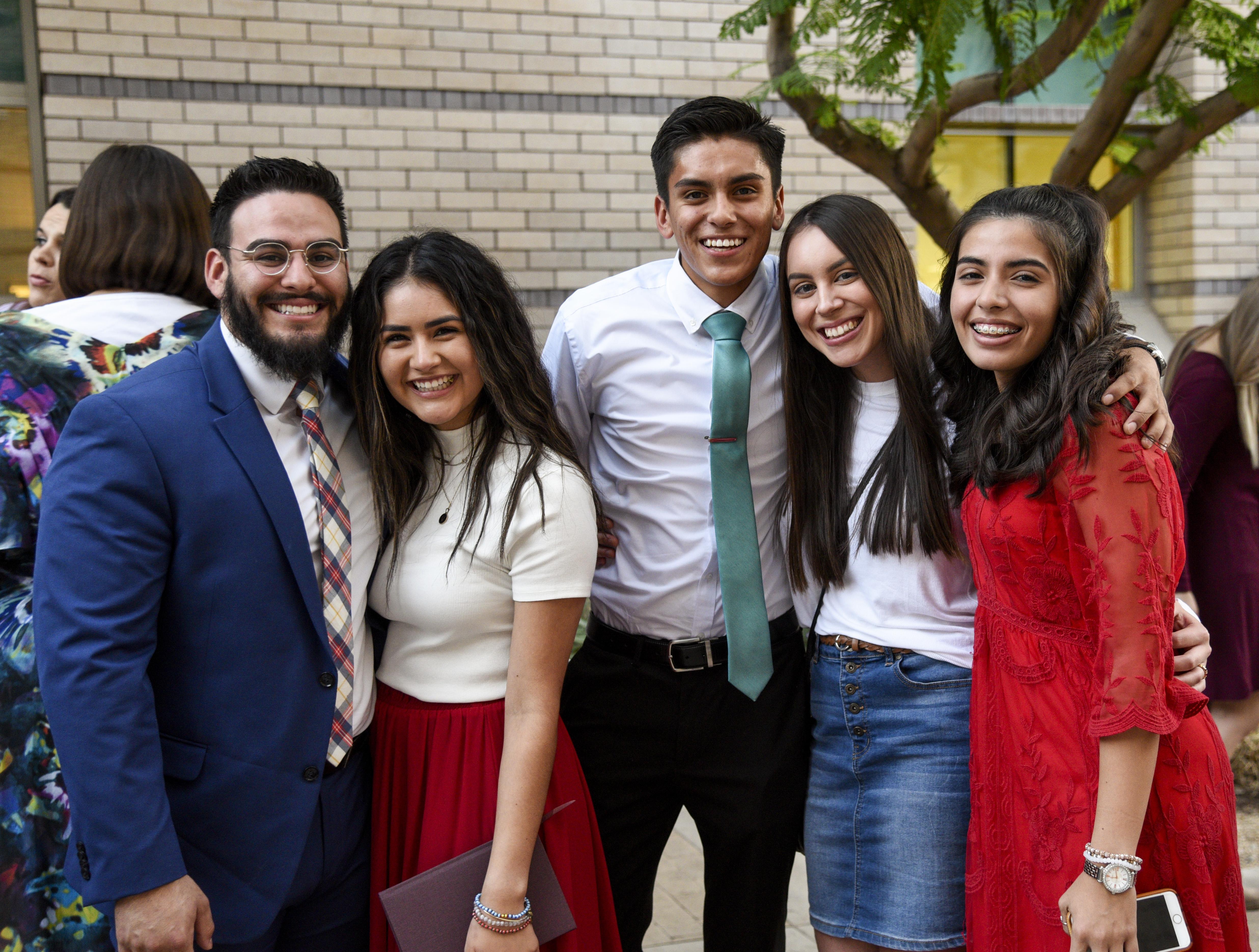 Jóvenes adultos asisten a un devocional dado por el élder Ronald A. Rasband en el Instituto de Religión de Tempe Arizona, el 20 de octubre.
