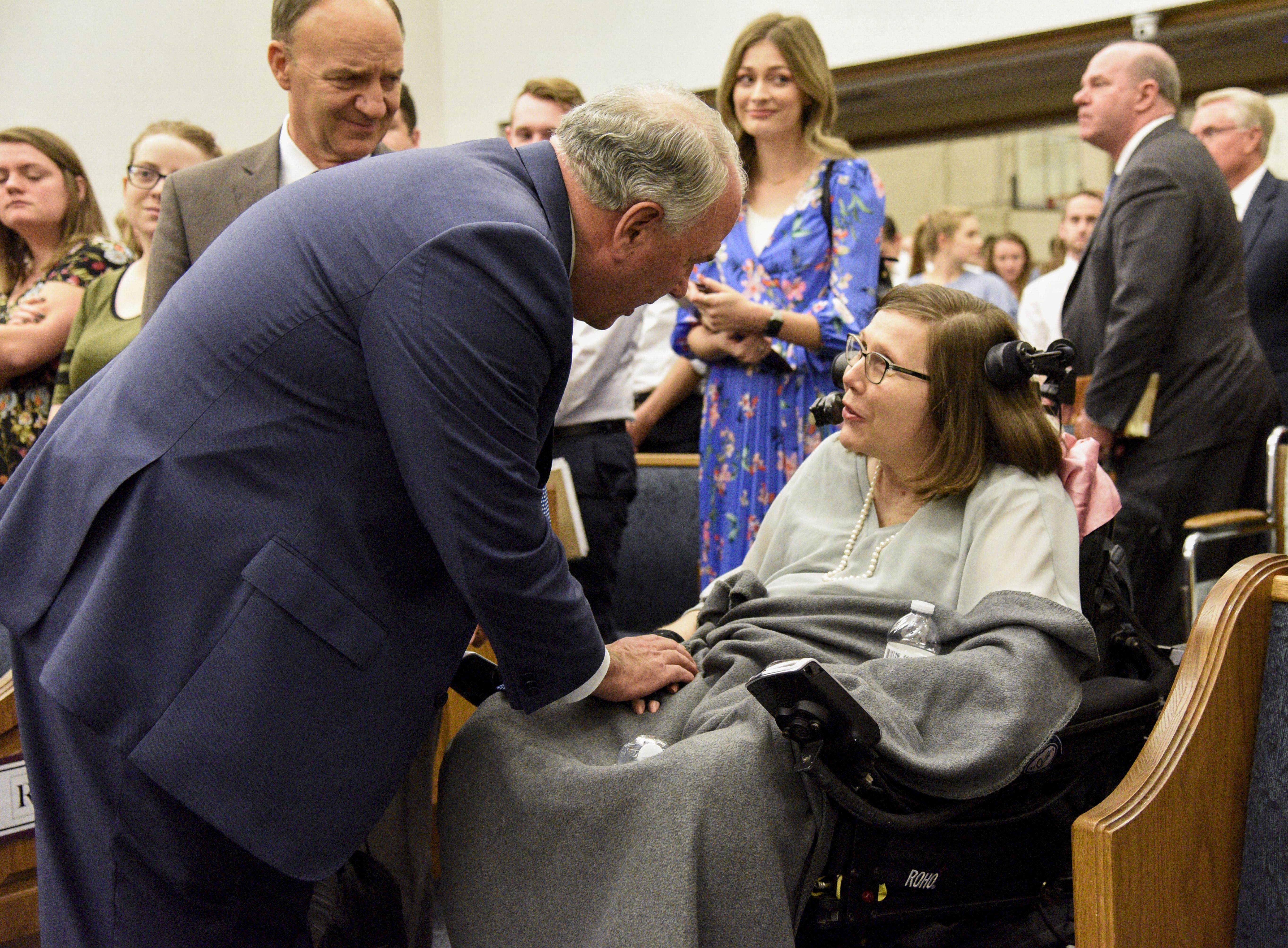 El élder Ronald A. Rasband saluda a los miembros luego de un devocional en el Instituto de Religión de Tempe Arizona, el 20 de octubre.