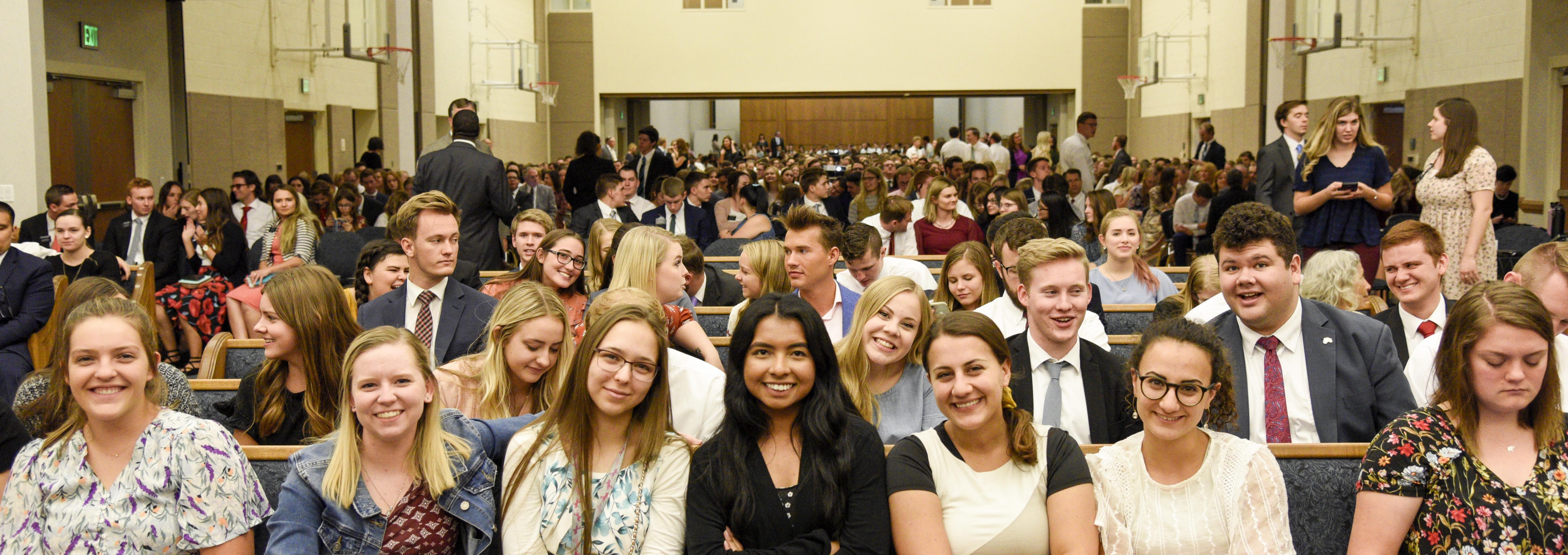 Jóvenes adultos se reúnen para un devocional dado por el élder Ronald A. Rasband en el Instituto de Religión de Tempe Arizona, el 20 de octubre.