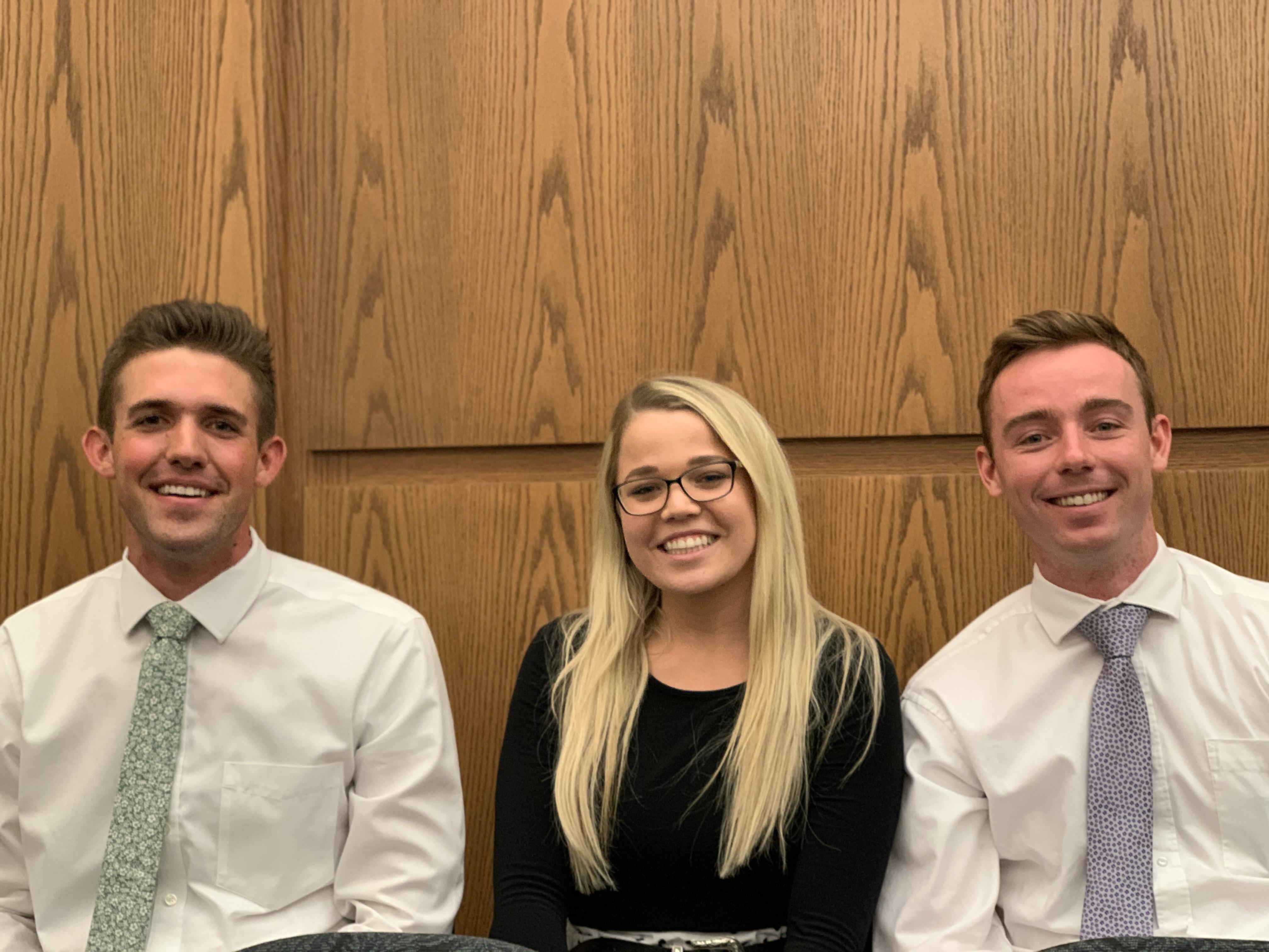 De izquierda a derecha, Dallan Larson, Reilly Ward y Matt Anderson, quienes asistieron a un devocional dado por el élder Ronald A. Rasband en el Instituto de Religión de Tempe Arizona, el 20 de octubre.