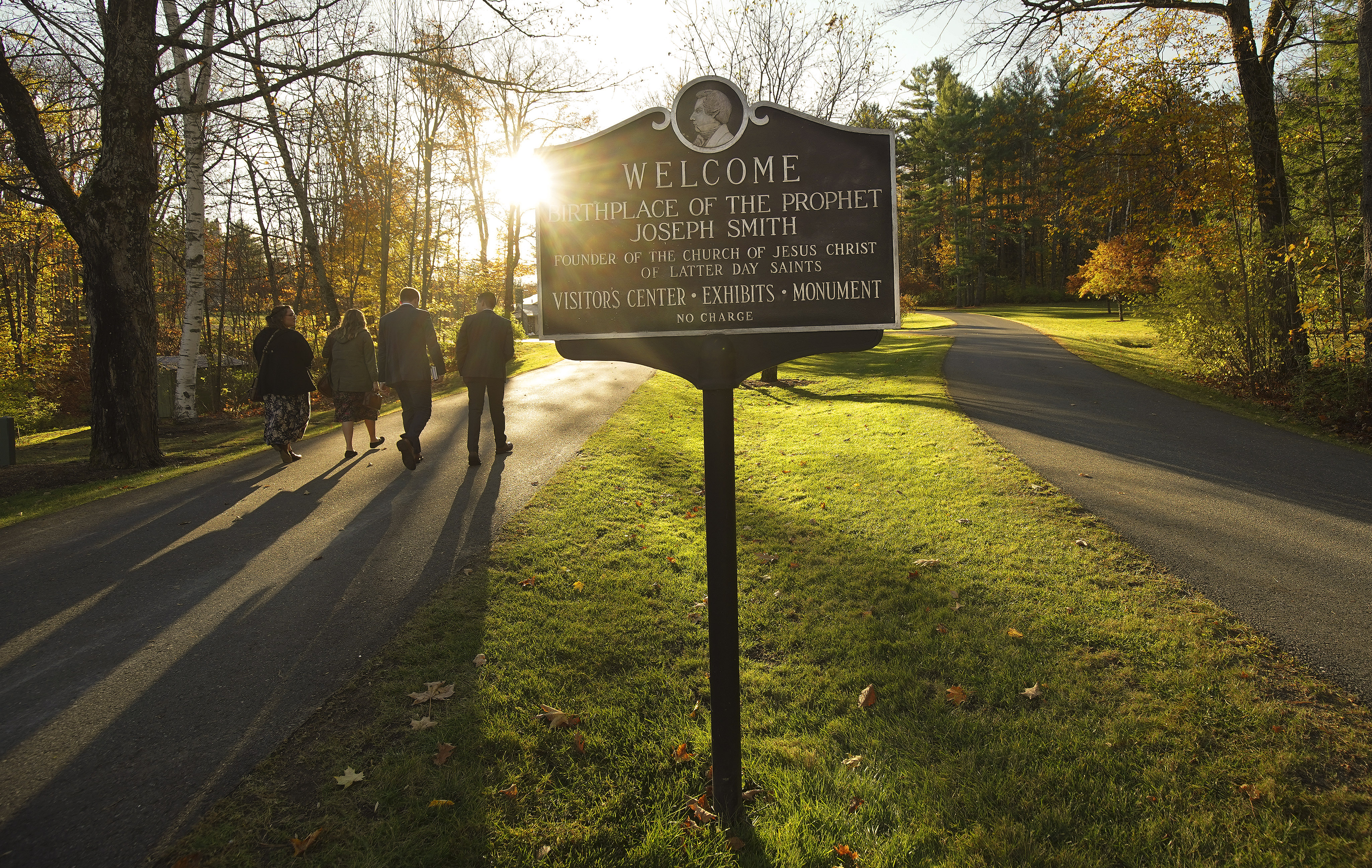 Los misioneros caminan a una reunión en el Monumento del lugar de nacimiento de José Smith en Sharon, Vermont el sábado, 19 de oct. de 2019.
