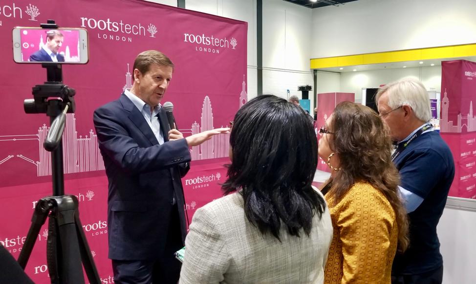El director general de FamilySearch, Steve Rockwood, habla con representantes de los medios de comunicación y blogueros en el centro de exhibiciones London ExCel en el RootsTech Londres, el jueves 24 de octubre de 2019.