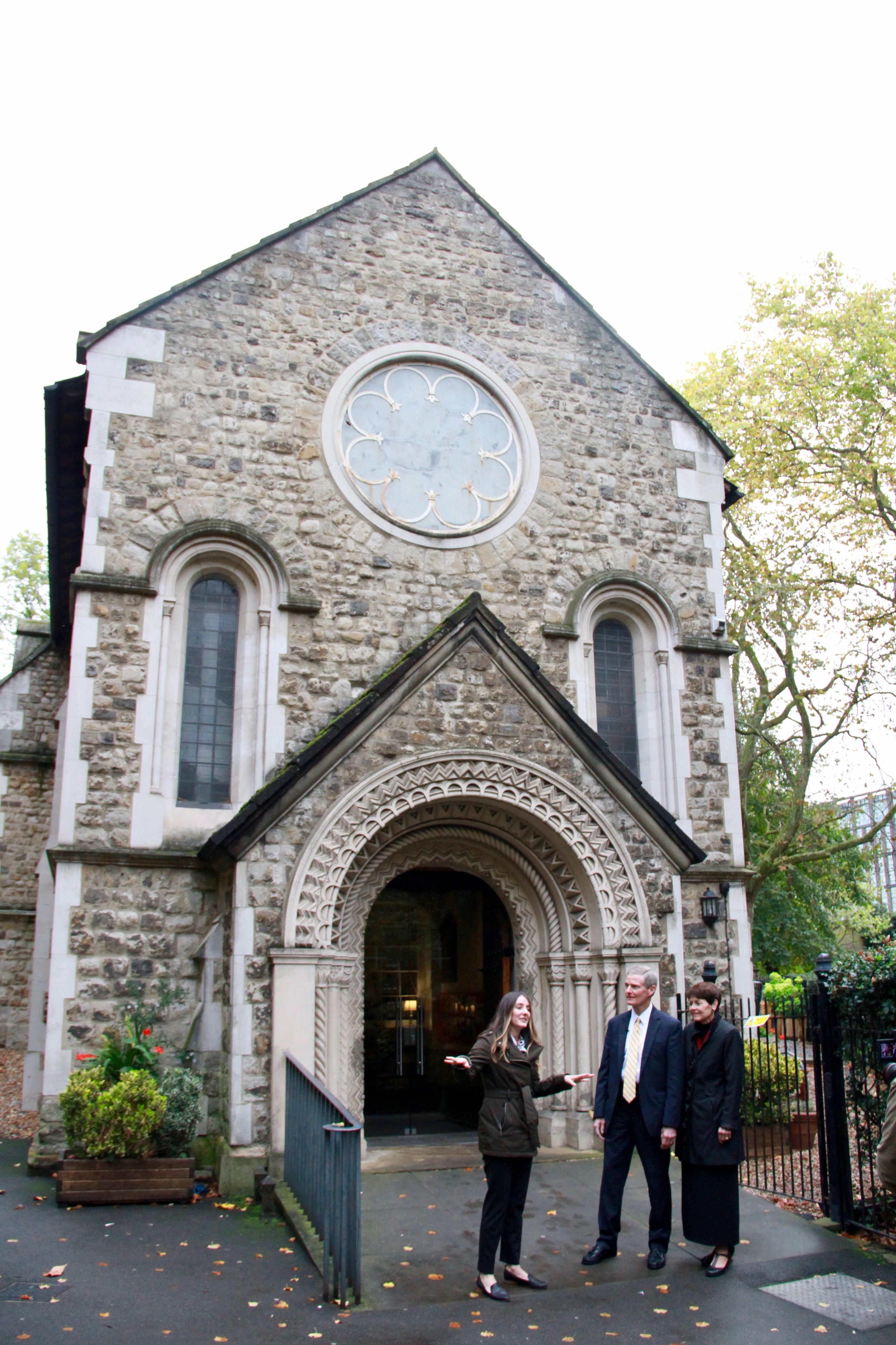 Whitney Peterson, una estratega de contenidos de FamilySearch especializada en las Islas Británicas, les cuenta los antecedentes históricos de la iglesia St. Pancras Old Church al élder David A. Bednar y a su esposa, la hermana Susan Bednar, el 25 de octubre de 2019, en Londres.