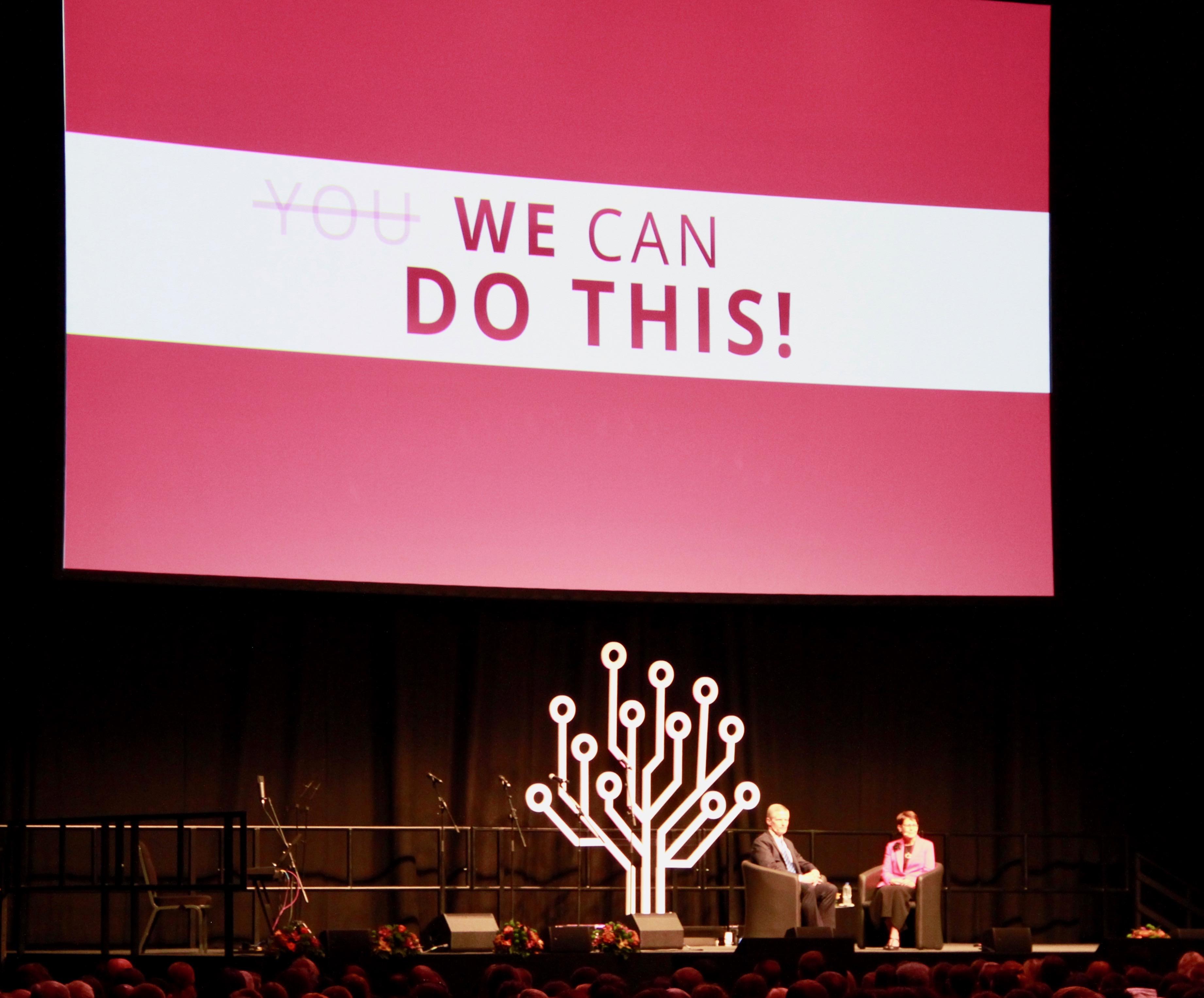 """El élder David A. Bednar y su esposa, la hermana Susan Bednar, hablan en el auditorio ExCel durante la sesión final de RootsTech Londres, llamada """"Una noche con el élder y la hermana Bednar"""", el sábado 26 de octubre de 2019."""