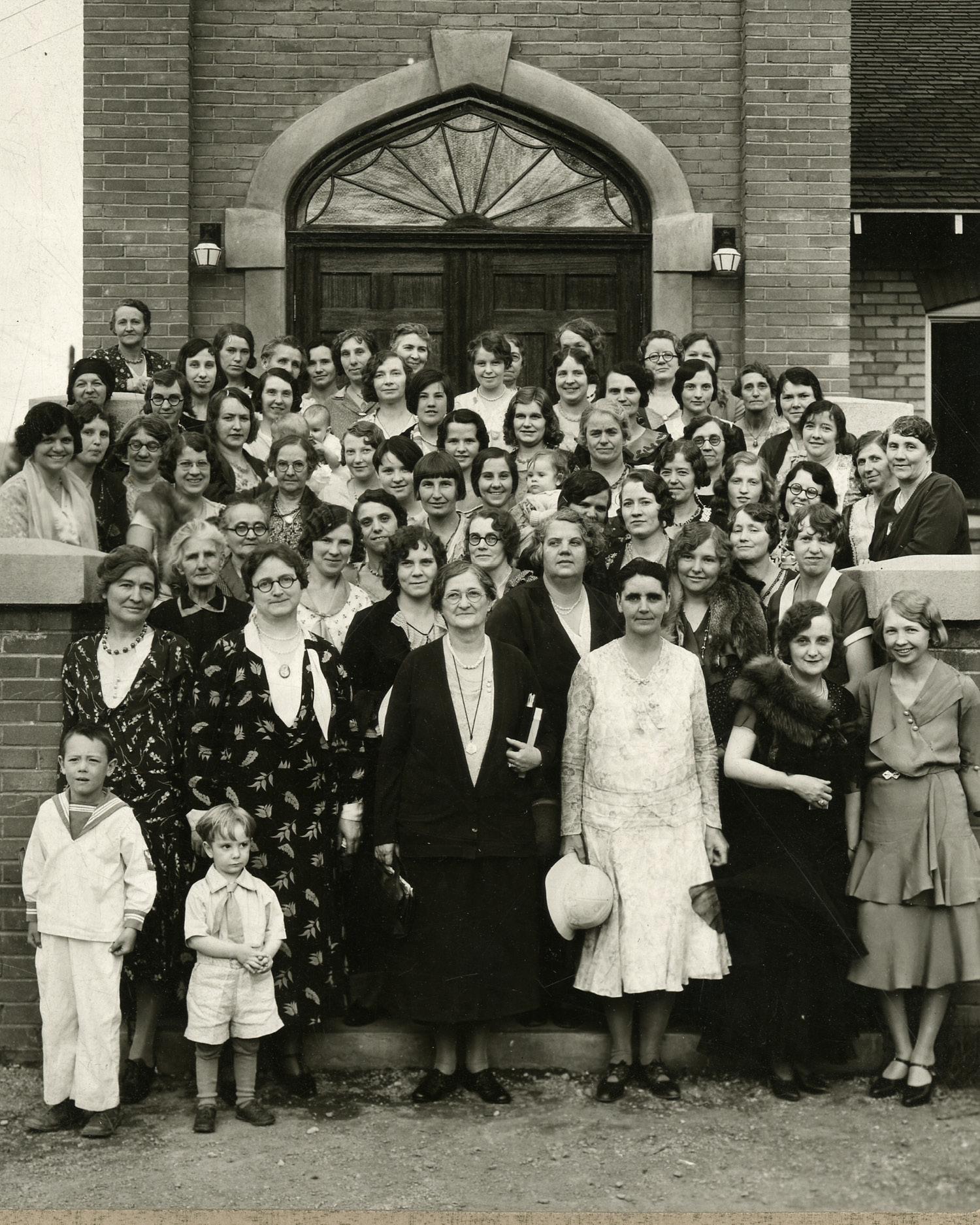 La hermana Amy Brown Lyman en una Capacitación de Servicio Social en Anaconda, Montana, alrededor de 1920. Lyman, de gafas, en el centro de la primera fila, se convirtió en una trabajadora social capacitada luego de llevar a cabo visitas formativas a Hull House en Chicago. Además, fue líder en la implementación del trabajo de servicio social dentro de la Sociedad de Socorro. La hermana Lyman sirvió en la mesa general de la Sociedad de Socorro durante 36 años, incluido el tiempo que pasó como presidenta. Fotografía por Montgomery Studio.