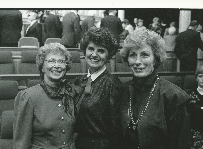 De izquierda a derecha, las hermanas Jayne B. Malan, Ardeth G. Kapp, y Elaine L. Jack, de la presidencia general de las Mujeres Jóvenes en 1989. La hermana Kapp sirvió como presidenta general de las Mujeres Jóvenes desde 1984 hasta 1992. La presidencia supervisó la creación del lema y los valores de las Mujeres Jóvenes, y actualizó el programa de Progreso Personal. La hermana Jack sirvió como presidenta general de la Sociedad de Socorro desde 1990 hasta 1997.