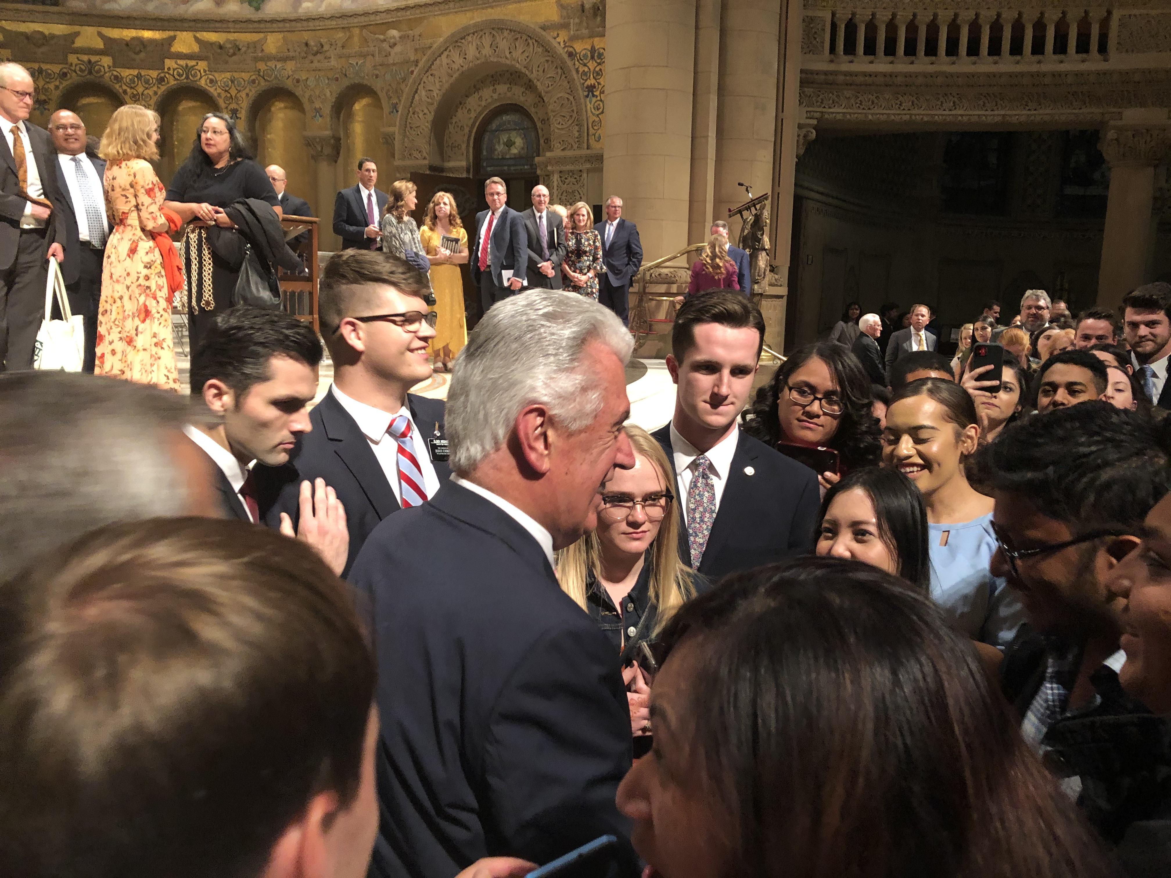 El élder Dieter F. Uchtdorf saluda a jóvenes adultos luego de un devocional en la Iglesia Memorial de Stanford, el 27 de octubre.