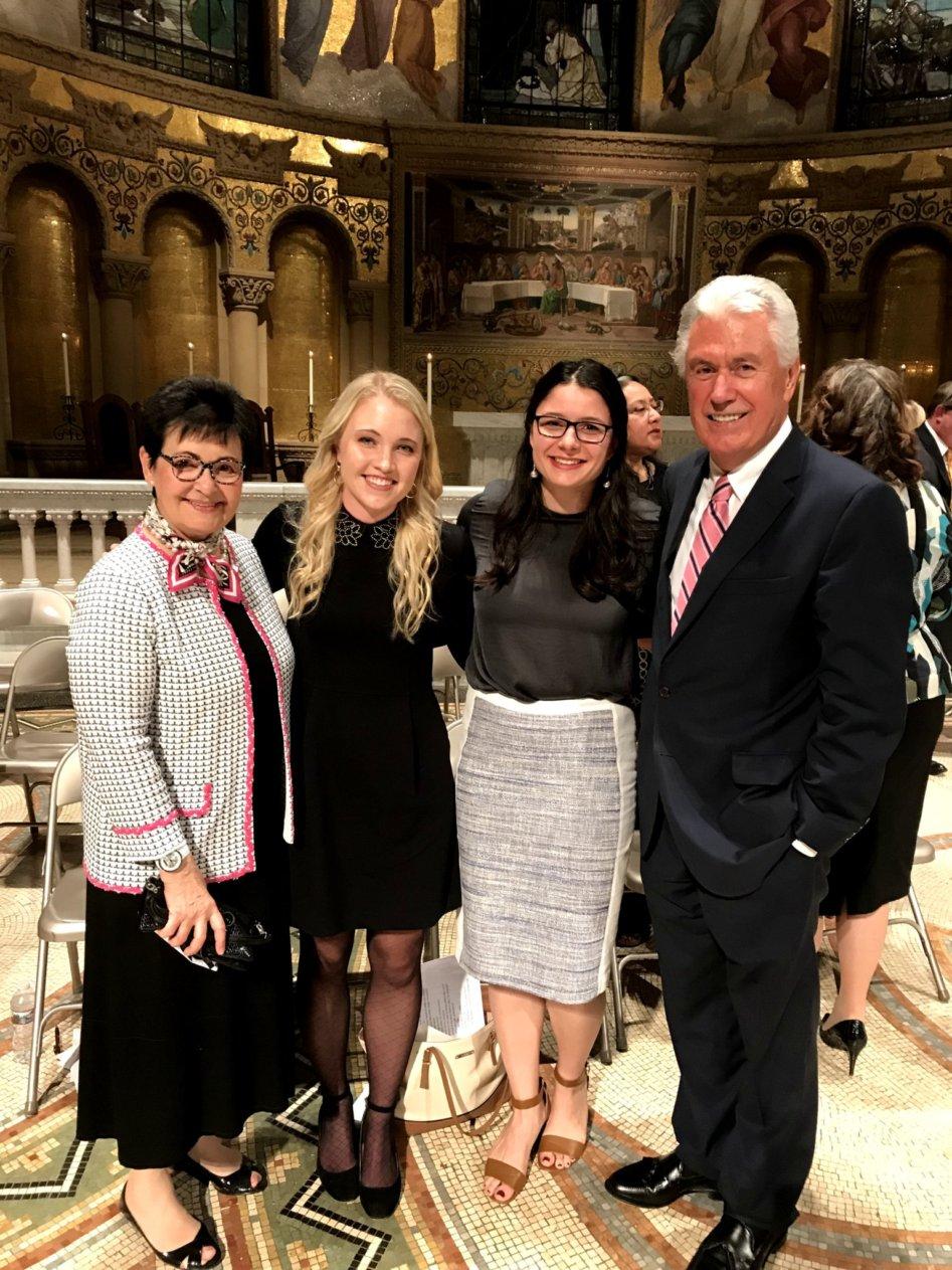 De izquierda a derecha la hermana Harriet Uchtdorf, Margaret Ivory, Alejandra Aldridge y el élder Dieter F. Uchtdorf posan para una foto luego de un devocional para jóvenes adultos en Palo Alto, California, el 27 de octubre.