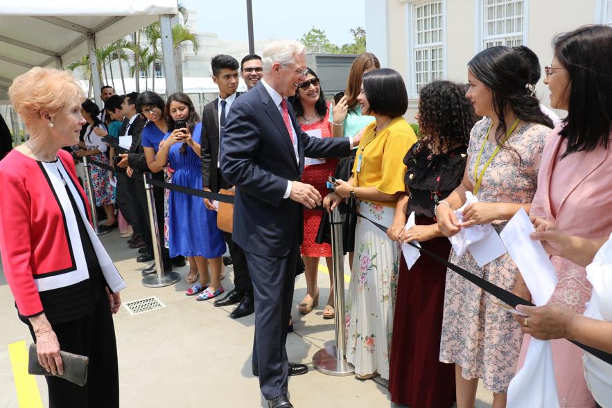 El élder D. Todd Christofferson y la hermana Kathy Christofferson saludan a los miembros luego de la rededicación del Templo de Asunción Paraguay, el 3 de noviembre de 2019.