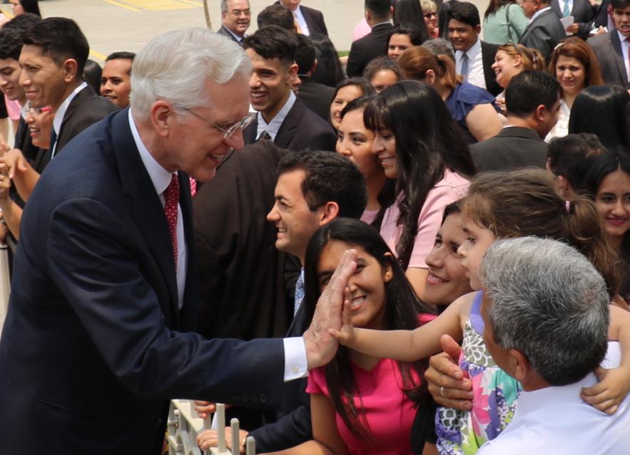El élder D. Todd Christofferson le choca los cinco a una niña pequeña luego de la rededicación del Templo de Asunción Paraguay, el 3 de noviembre de 2019.