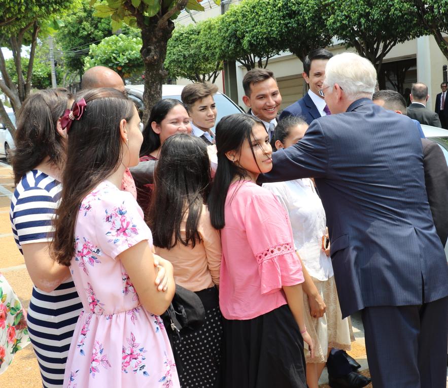 El élder D. Todd Christofferson se despide de los jóvenes reunidos en una calle de Asunción luego de la rededicación del Templo de Asunción Paraguay, el 3 de noviembre de 2019.