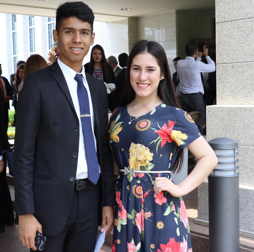 Los jóvenes miembros de la Iglesia, Eduardo Benítez, de 18 años, y Sofía Pando, se encuentran luego de la rededicación del Templo de Asunción Paraguay, el 3 de noviembre de 2019.