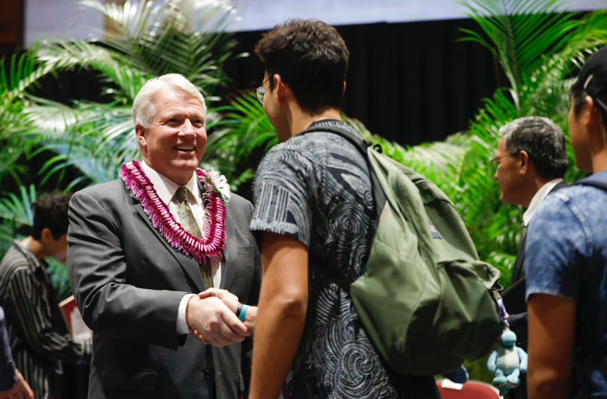 El hermano Stephen W. Owen, presidente general de los Hombres Jóvenes, saluda a los estudiantes luego de un devocional en BYU–Hawaii, el 5 de noviembre.
