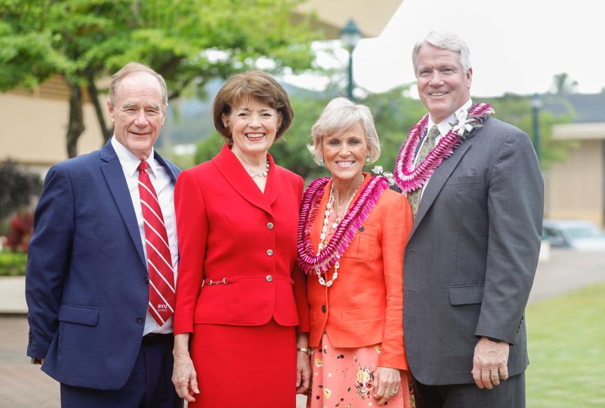 De izquierda a derecha, el presidente John S. Tanner, la hermana Susan W. Tanner, la hermana Jane Owen y el hermano Stephen W. Owen posan para una fotografía luego de un devocional en BYU–Hawaii, el 5 de noviembre.