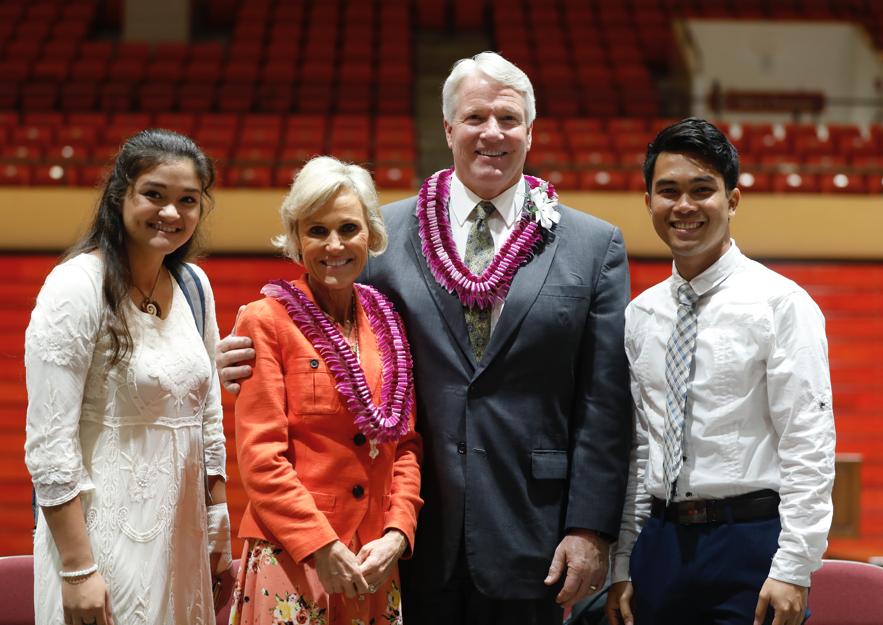 El hermano Stephen W. Owen, presidente general de los Hombres Jóvenes, y su esposa, la hermana Jane Owen, posan para una fotografía junto a los estudiantes luego de un devocional en BYU–Hawaii, el 5 de noviembre.
